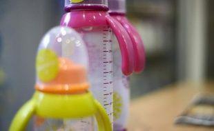 La loi interdisant en France le bisphénol A dans les contenants alimentaires, dès 2013 pour ceux destinés aux bébés et début 2015 pour les autres, a été publiée mercredi au Journal Officiel.