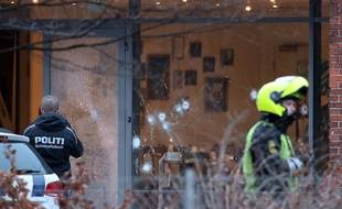 Des impacts de balle à l'extérieur d'un bâtiment de Copenhague qui accueillait un débat sur l'islamisme