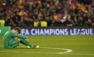 Le gardien du PSG, Kevin Trapp, K.O. après la défaite 6-1 et l'élimination par Barcelone en ligue des champions, le 8 mars 2017.