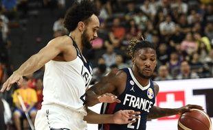 Andrew Albicy et Derrick White durant la quart de finale France-Etats-Unis au Mondial de basket 2019.