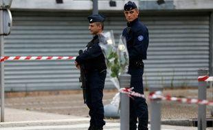 Des policiers déployés le 27 juillet 2016 à Saint-Etienne-du-Rouvray