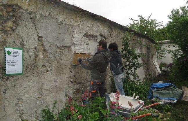 Loic et Chales-Louis, maçons envoyés pas la mairie, retapent les murs du site. Le 10/05/2016