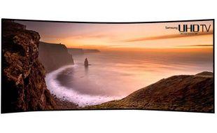 Une image publiée par Samsung Electronics, le 19 décembre 2013, de sa télévision Ultra-HD avec écran incurvé de 105 pouces.