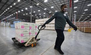 Un employé américain transporte des boîtes contenant le vaccin Moderna, contre le Covid-19, le 20 décembre 2020 à Olive Branch.