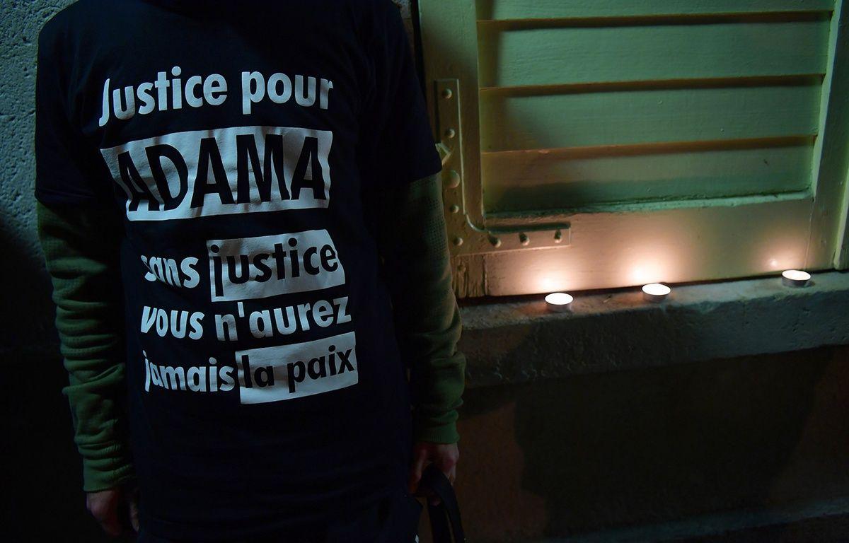 Un homme porte un t-shirt demandant justice pour Adama Traoré, mort en juillet lors de son interpellation par la police. – CHRISTOPHE ARCHAMBAULT / AFP
