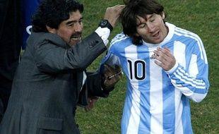 L'Argentin Lionel Messi (à dr.), avec son sélectionneur Diego Maradona, lors d'un match de la Coupe du monde 2010 à Johannesbourg, le 27 juin.