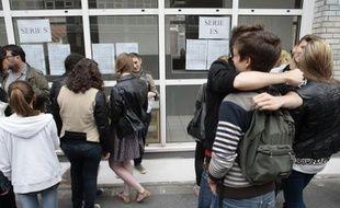 Des lycéens devant les tableaux d'affichages des résultats du baccalauréat