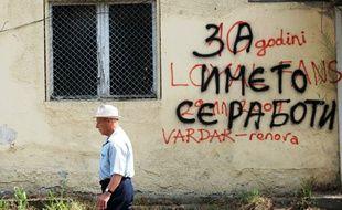 Sur un mur de Skopje, un graffiti fait référence au débat sur le nom du pays.