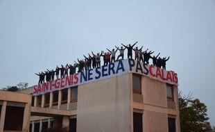 Les identitaires sur le toit de l'immeuble près de Lyon.