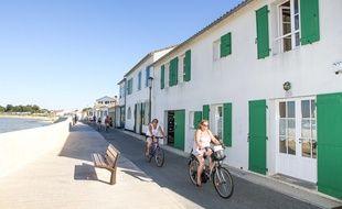 Des touristes à vélo sur l'île de Ré, à Rivedoux.