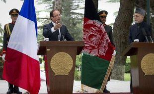 Le président de la République Francois Hollande et son homologue afghan Hamid  Karzai tiennent une conférence de presse commune à Kaboul, le 25 mai 2012.