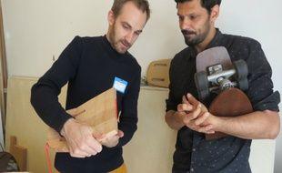 Candidat du makeathon, Nicolas (à gauche) travaille sur son prototype de skate enroulable.