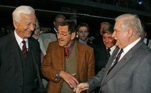 L'ancien président de la République fédérale d'Allemagne, Richard von Weizsäcker (g), l'écrivain Günter Grass (c) et l'ancien président polonais Lech Walesa le 4 octobre 2007 à Gdansk en Pologne