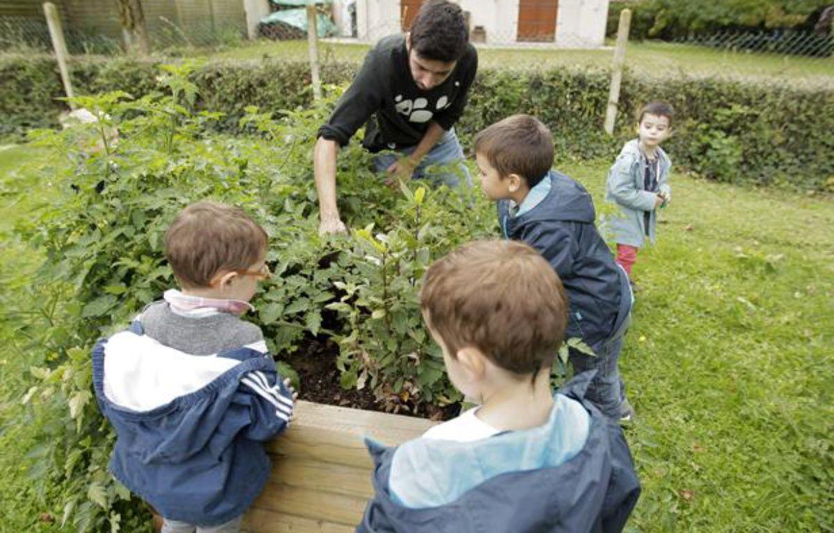 Un atelier périscolaire sur le jardinage mis en oeuvre dans le cadre de la réforme des rythmes scolaires. – M. LIBERT / 20 MINUTES