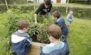 Un atelier périscolaire sur le jardinage mis en oeuvre dans le cadre de la réforme des rythmes scolaires.