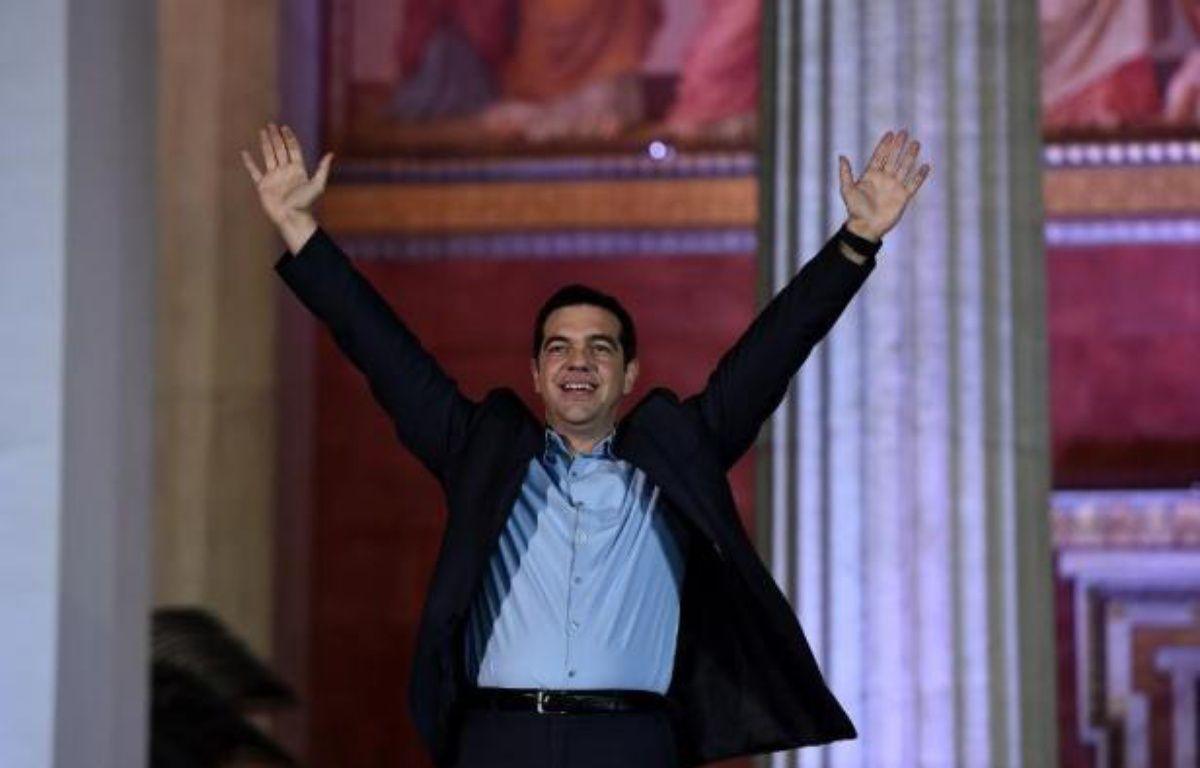 Alexis Tsipras saluent ses partisans après sa victoire aux élections législatives, le 25 janvier 2015 à Athènes – Aris Messinis AFP