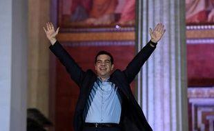 Alexis Tsipras saluent ses partisans après sa victoire aux élections législatives, le 25 janvier 2015 à Athènes