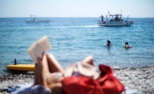 Un bateau dépollueur de la ville de Nice en démonstration mardi après-midi