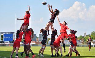 Demi-finale du Top 16 féminin 2021 entre Blagnac (en rouge) et le Stade Toulousain.
