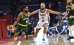 L'Australien Patty Mills face à Evan Fournier, lors de la Coupe du monde de basket, lundi 9 septembre, à Nanjing.