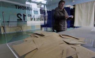 Une urne dans un bureau de vote de Hénin-Beaumont, lors du second tour des cantonales le 27 mars 2011.