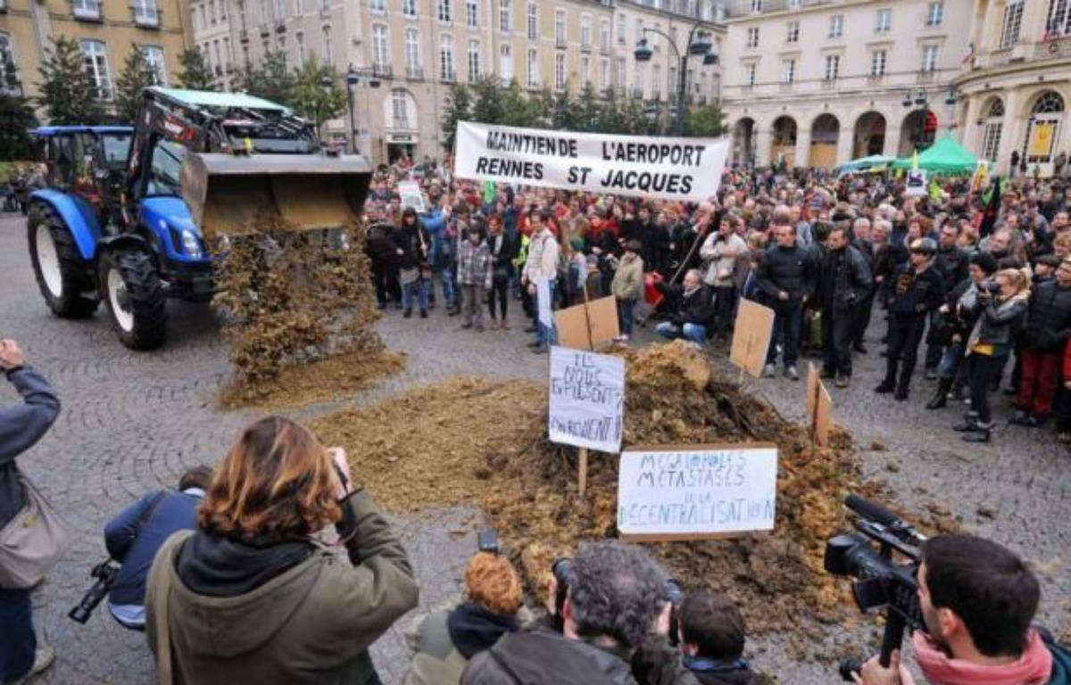 """Environ 500 personnes selon la police, 3.000 à 3.500 selon les organisateurs, ont manifesté samedi à Rennes contre le projet de transfert de l'aéroport de Nantes à Notre-Dame-des-Landes, réclamant le maintien des terres agricoles et dénonçant le bétonnage et un """"projet obsolète"""". – Frank Perry afp.com"""