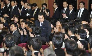 Le Premier ministre japonais tout juste élu, Naoto Kan, président du Democratic Party of Japan (DPJ), salue les membres du Parlement de Tokyo, le 4 juin 2010.