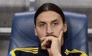 Zlatan Ibrahimovic, blessé, n'a pas quitté le banc lors du match amical Suède-Russie, le 9 octobre 2004, près de Stockholm.