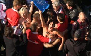 Plusieurs Femen ont fait irruption ce dimanche dans le cortège de la Manif pour Tous avec l'inscription «Ne plus vous subir» peinte sur la poitrine.