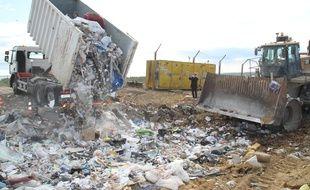 Les camions bennes ont déversé leurs derniers chargements dans la décharge de Castries, qui a officiellement atteint sa capacité de stockage.