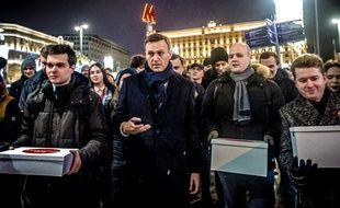 Alexeï Navalny accompagné de ses soutiens lors d'une manifestation à Moscou le 24 décembre 2017.