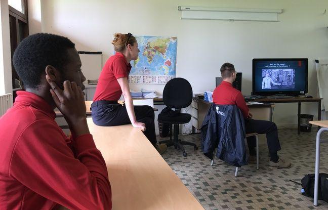 Atelier prévention santé et citoyenneté avec l'infirmière et la chargée d'action sociale du centre.
