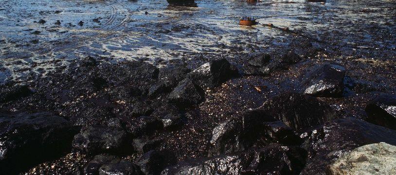 Une plage du Finistère ravagée par le pétrole déversé par l'Amoco Cadiz, échoué au large de Portsall, dans le Finistère, en 1978.
