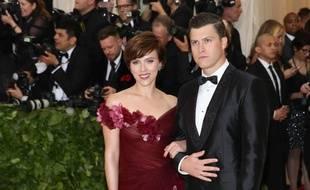 L'actrice Scarlett Johansson au Met Gala en robe Marchesa, au bras de son nouveau compagnon Colin Jost