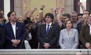 Le président de la Catalogne, Carles Puigdemont (au centre), entouré de membres du gouvernement et du Parlement catalan. (image d'illustration)