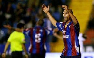 Les joueurs de l'équipe de 1re division du club espagnol de football de Levante, en difficultés financières, ont annoncé jeudi une grève les 26 et 27 avril, un week-end où ils sont supposés jouer un match de championnat, pour réclamer le paiement de leurs salaires. Un des capitaines de l'équipe, Luis Manuel Rubiales, a annoncé, lors d'une conférence de presse, la grève adoptée à l'unanimité.