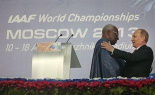 Lamine Diack et Vladimir Poutine lors des mondiaux de Moscou