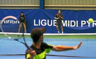 Rubin (USA, de dos) a gagné le premier simple lundi face à Chala (France).