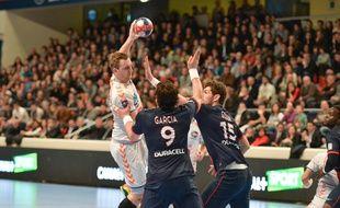 Le Toulousain Valentin Porte lors d'un match de D1 de handball avec le Fenix à Paris face au PSG, le 19 février 2014.