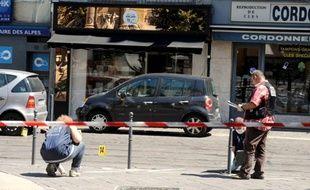 Des policiers sur les lieux du braquage survenu à Grenoble, le 10 août 2012.