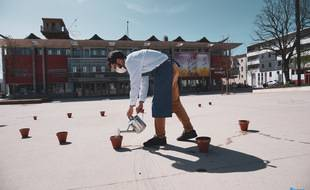 Pendant le confinement, la place du Carré des Jalles à Saint-Médard-en-Jalles a accueilli des pots où les gens venaient semer des graines.