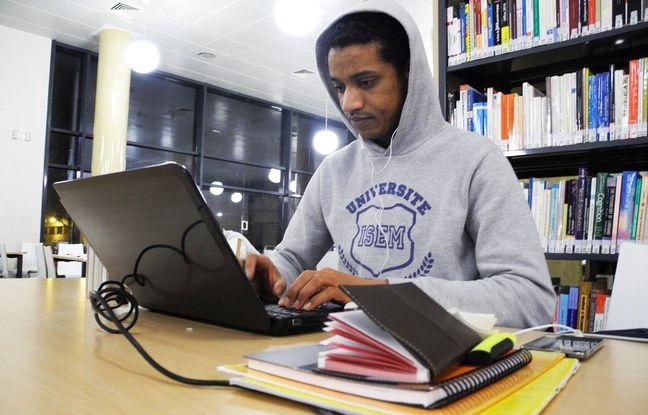Mithy a apporté un thermos de café pour rester éveillé devant ses cours jusqu'à minuit, heure de fermeture de la bibliothèque universitaire de Nice.