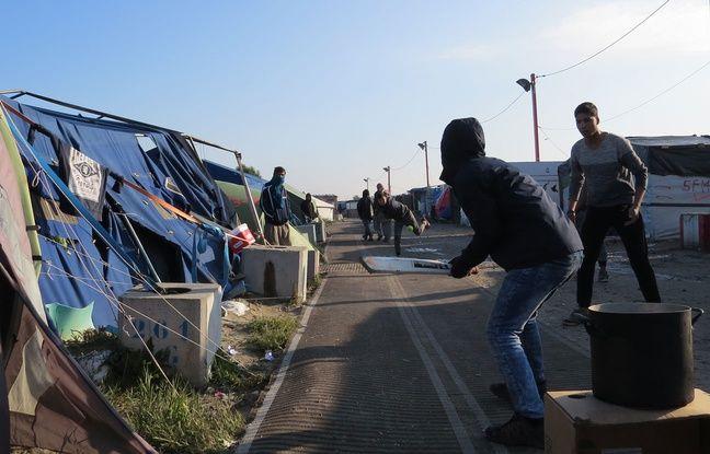 Calais (Pas-de-Calais), le 13 octobre 2016. Des adolescents afghans jouent au cricket dans la «Jungle» de Calais.