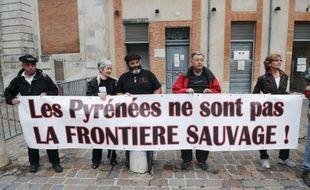 Les éleveurs des Pyrénées, exaspérés, menacent d'en finir eux-mêmes avec l'ours si l'Etat ne le fait pas à leur place, a prévenu jeudi un de leurs porte-parole après la mort de plusieurs dizaines de brebis, que les producteurs imputent au plantigrade.