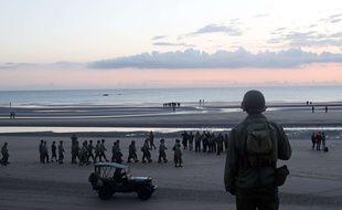 Un homme habillé en soldat à Omaha Beach, en Normandie, le 6 juin 2019.