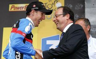 """Le président de la République François Hollande, présent dimanche à Bagnères-de-Bigorre (Hautes-Pyrénées), à l'arrivée de la 9e étape du Tour de France cycliste, a dit vouloir """"croire que le Tour est propre"""""""