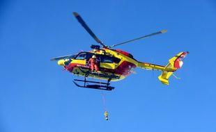Hélicoptère en intervention sur une avalanche en 2013 dans les Alpes
