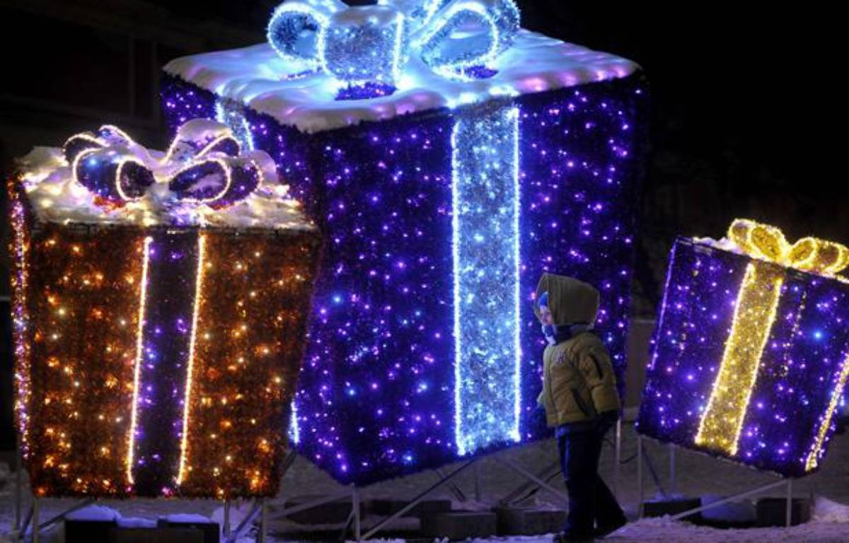 A child walk past a Christmas decoration resembling gifts on the Zamkowy Square in Warsaw, Poland, Sunday, Dec 23, 2012, one day ahead of Christmas Eve. (AP Photo/Alik Keplicz)/XAK151/709004918200/1212232016 – Alik Keplicz/AP/SIPA