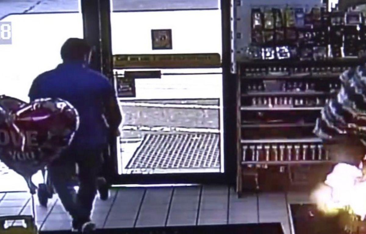 La poche d'un homme prend feu après l'explosion de sa cigarette électronique – Images de la caméra de surveillance de la station service d'Owensboro