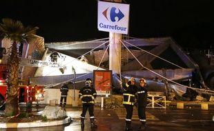 Le toit d'un magasin Carrefour effondré à Nice le 5 février 2014.